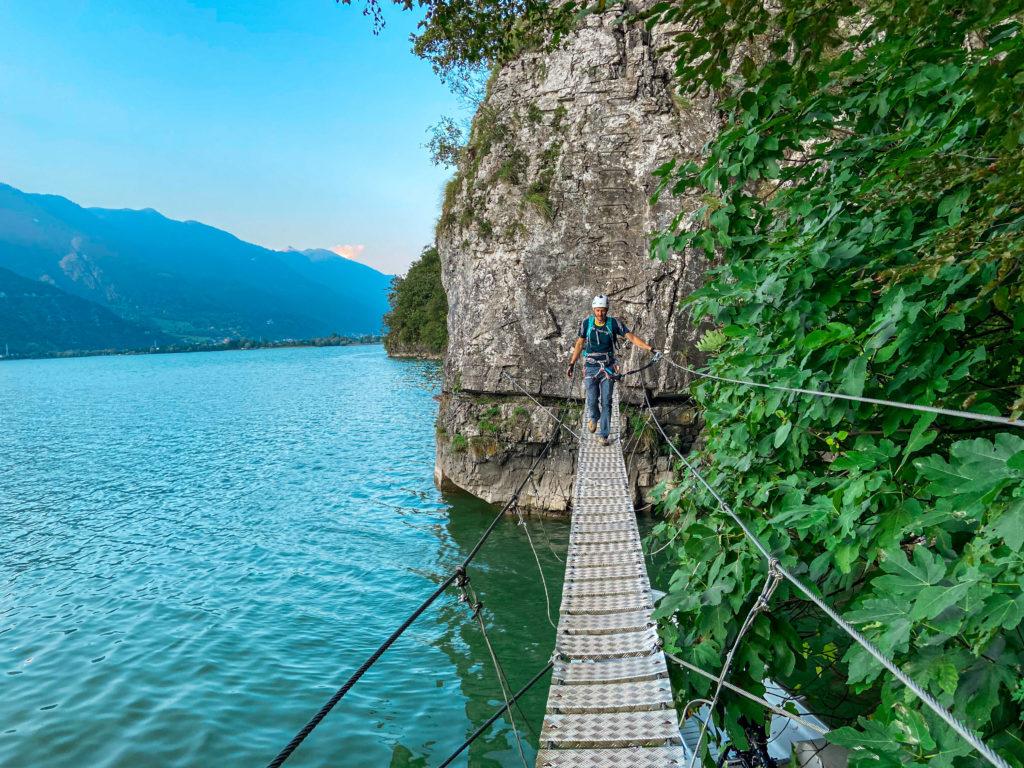 Most tuż nad taflą jeziora na /via ferracie Sasse