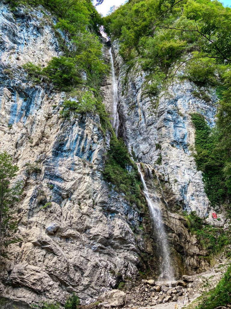 Piękny wodospad, przy którym poprowadzona jest via ferrata Signora delle Aque