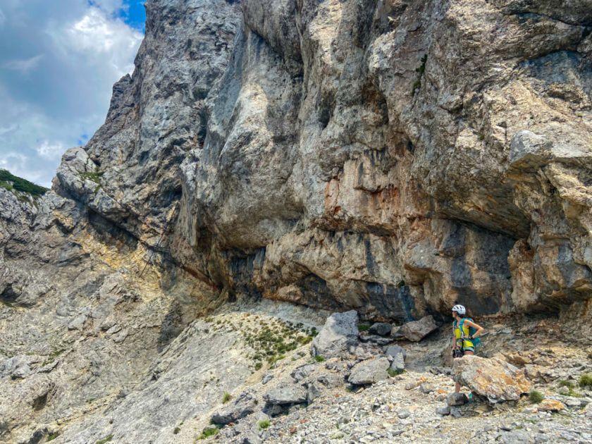Ewa stoi na półce skalnej na ferracie haidsteig w Austrii - recenzja przewodnika najpięknijesze ferraty