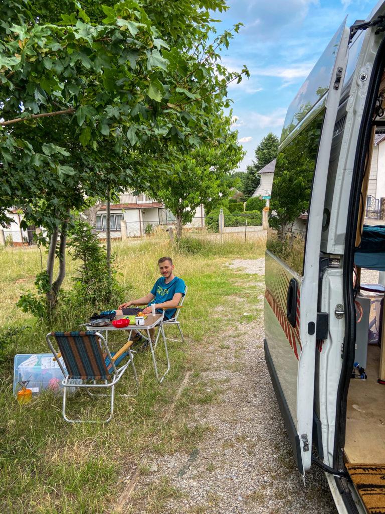 Marcin gotuje obiad przy vanie