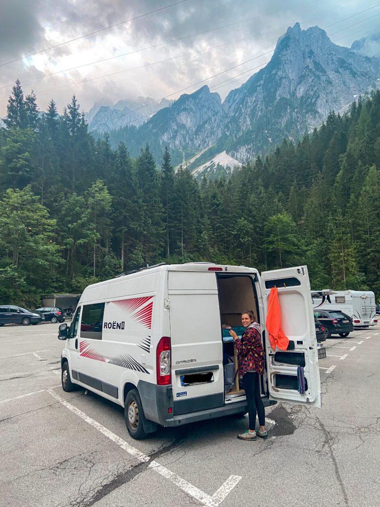 Ewa stoi przy busie na parkingu przy Gosausee, w tle są szczyty gór