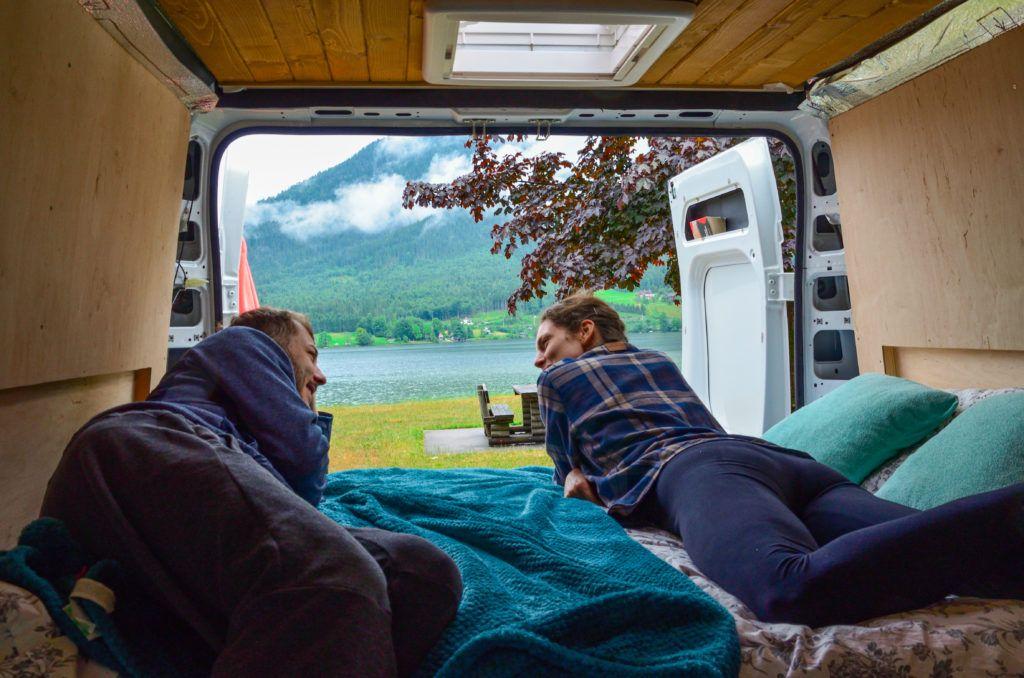 Ewa i Marcin leżą na łóżku w vanie z widokiem na Jezioro Halsztackie