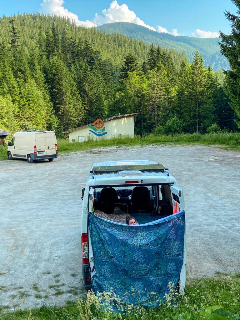Ewa bieże prysznic na parkingu leśnym w okolicy masywu Rax