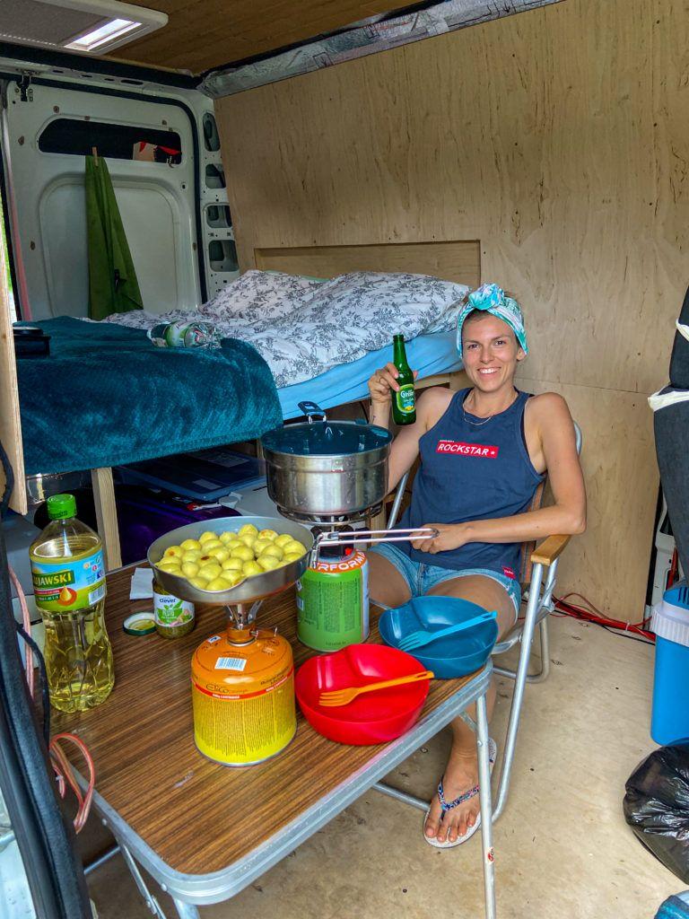 Ewa gotuje obiad w kuchni w vanie