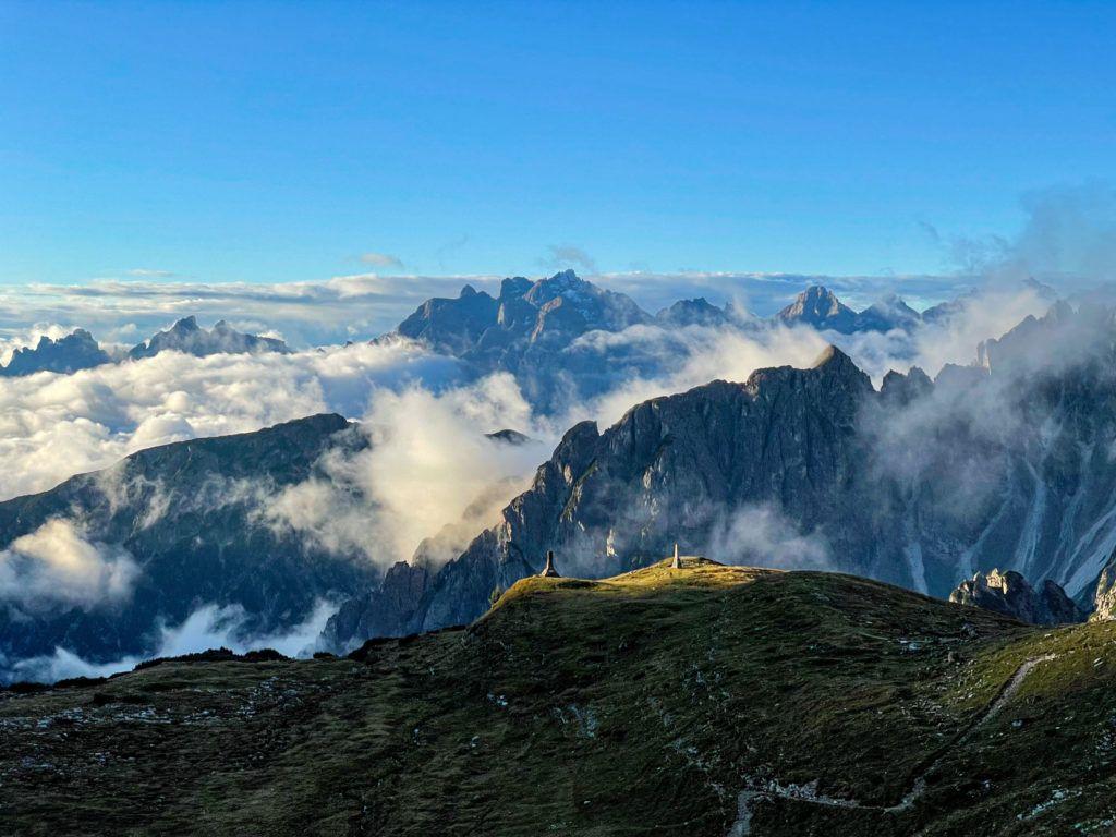 Pomniki w górach oświetlone promieniami słońca