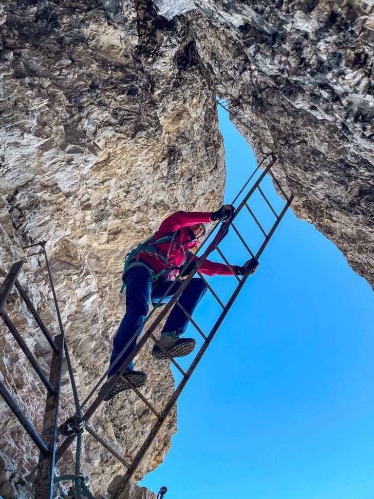 Ewa idzie drabiną na Via ferrata delle Scalette na Torre di Toblin