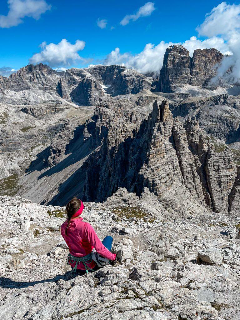 Ewa siedzi na szczycie Monte Paterno