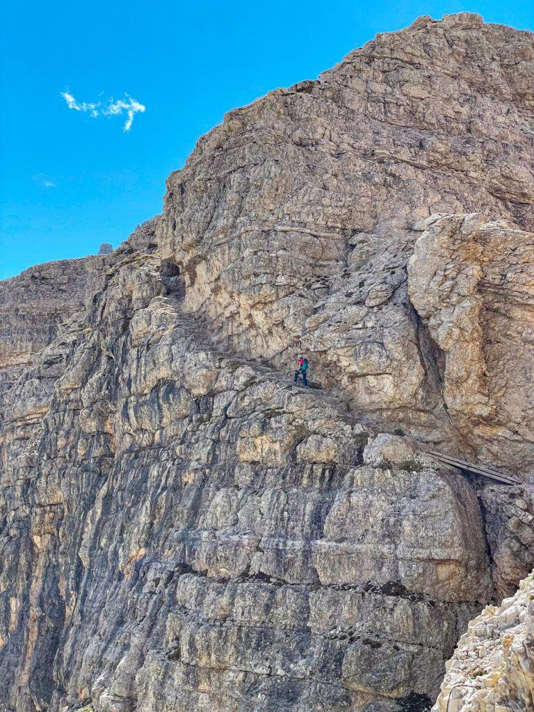 Ewa idzie półką skalną na via ferracie zejściowej z Monte Paterno
