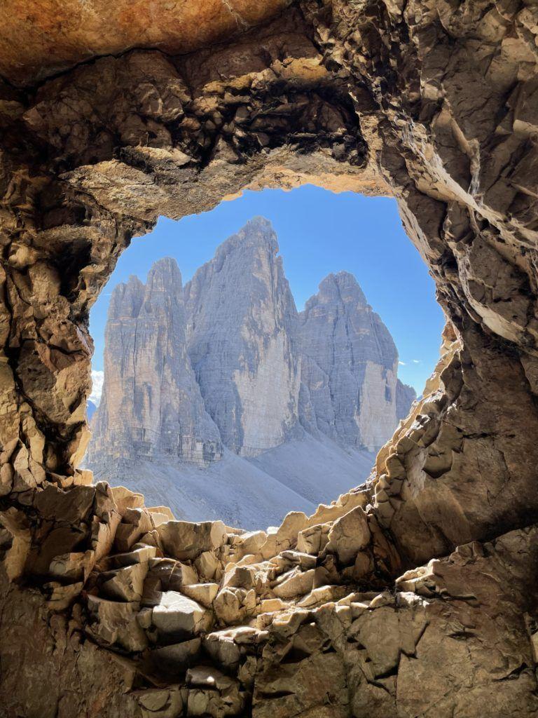 Widok na Tre cime z okna wydrążonego w skale