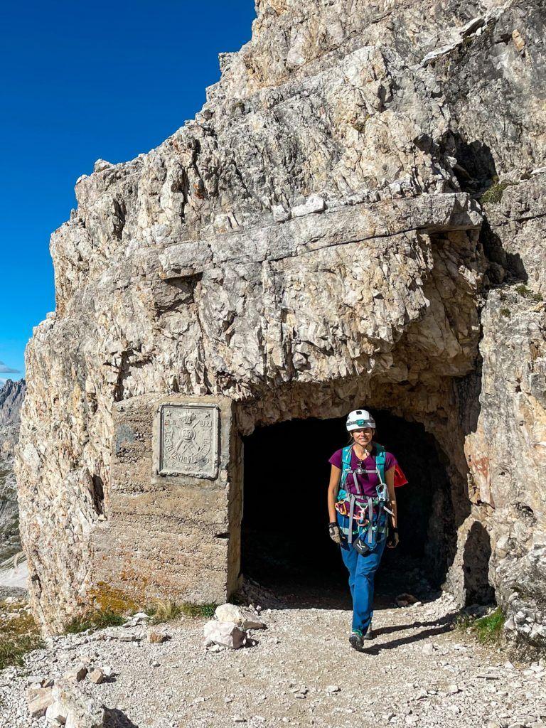 Ewa wychodzi z tunelu przy Przełęczy Lavaredo
