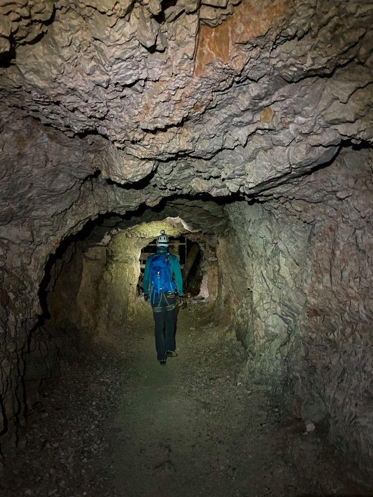 Marcin w tunelu na via ferracie Innerkofler na szczyt Monte Paterno